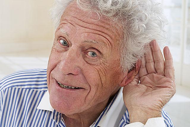 Äldre män lever längre om de använder hörapparat