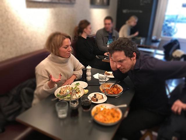 Du kan träna hjärnan för att höra bättre på restaurangen
